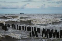 Zbiornika statek przy morzem podczas burzy Zdjęcia Royalty Free