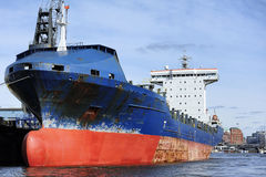 Zbiornika statek przy portem Hamburg, Niemcy (hamburger Hafen) Fotografia Royalty Free