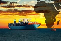 Zbiornika statek przy zmierzchem na morzu Zdjęcia Royalty Free
