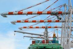 Zbiornika statek w śmiertelnie działaniu z brzeg żurawiem przy dokiem Obrazy Royalty Free
