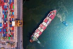Zbiornika statek w importa eksporcie i biznes logistycznie Żurawiem, Zdjęcie Royalty Free