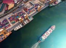 Zbiornika statek w importa eksporcie i biznes logistycznie Żurawiem, Fotografia Stock