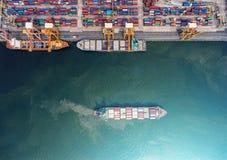 Zbiornika statek w importa eksporcie i biznes logistycznie Żurawiem, Obrazy Royalty Free