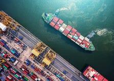 Zbiornika statek w importa eksporcie i biznes logistycznie Żurawiem, Obraz Stock