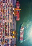 Zbiornika statek w importa eksporcie i biznes logistycznie Żurawiem, Obrazy Stock