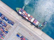 Zbiornika statek w importa eksporcie i biznes logistycznie Żurawiem, Obraz Royalty Free