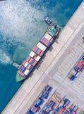 Zbiornika statek w importa eksporcie i biznes logistycznie Żurawiem, Fotografia Royalty Free