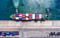 Zbiornika statek w importa eksporcie i biznes logistycznie Żurawiem, Zdjęcie Stock