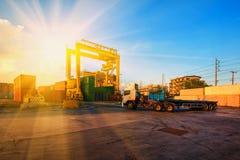 Zbiornika statek w importa eksporcie i biznes logistycznie Żurawiem, Zdjęcia Stock