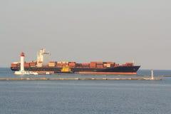 Zbiornika statek z towarzyszyć tugboats wchodzić do port zdjęcie royalty free