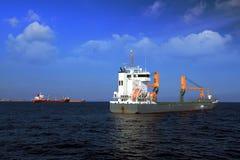 Zbiornika statek zakotwiczał blisko do miasta Alicante fotografia royalty free