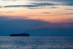 Zbiornika statku żagiel wzdłuż handlowej trasy w wieczór przedtem obraz stock