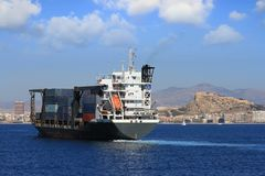 Zbiornika statku żeglowanie blisko do miasta Alicante zdjęcia royalty free