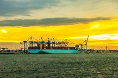 Zbiornika statku rozładunek przy dokiem Obrazy Royalty Free