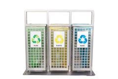 Zbiorniki dla śmieci różni typ odizolowywający na bielu Sortować śmieci Ekologia i przetwarza pojęcie target1590_0_ odpady fotografia royalty free