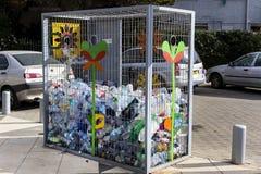 Zbiorniki dla kolekci plastikowi zbiorniki dla przetwarzać na ulicach Tel Aviv Zdjęcia Stock