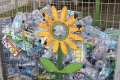 Zbiorniki dla kolekci plastikowi zbiorniki dla przetwarzać na ulicach Tel Aviv Zdjęcia Royalty Free