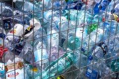 Zbiorniki dla kolekci plastikowi zbiorniki dla przetwarzać na ulicach Tel Aviv Fotografia Royalty Free