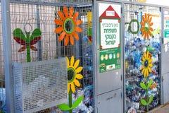 Zbiorniki dla kolekci plastikowi zbiorniki dla przetwarzać na ulicach Tel Aviv Zdjęcie Stock