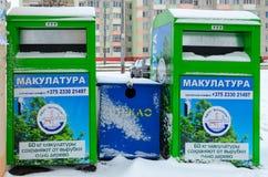 Zbiorniki dla oddzielnej kolekci śmieci na miasto ulicie Obrazy Stock