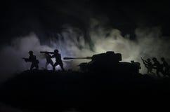 Zbiorniki w konflikt strefie Wojna w wsi Cysternowa sylwetka przy nocą Batalistyczna scena Zdjęcie Stock