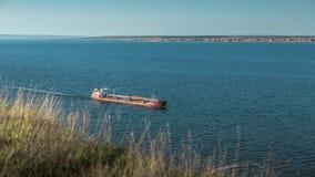 Zbiornikowiec do ropy żegluje na rzece zdjęcia royalty free