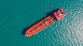 Zbiornikowiec do ropy, benzynowy tankowiec w wysokim morzu Rafineria przemysłu ładunku statek, widok z lotu ptaka, Tajlandia, w i zdjęcie stock