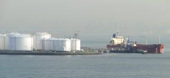 Zbiornikowiec do ropy w rozładowywać nafcianego zbiornika, oliwią stale przepływy w składowych zbiorniki obraz royalty free