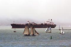 Zbiornikowiec do ropy z żaglówkami zdjęcie royalty free