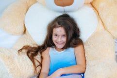 Zbliżenie śliczna śmieszna mała dziewczynka blisko misia Varicella wirus lub Chickenpox bąbel wysypka na dziecku zdjęcie stock