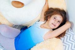 Zbliżenie śliczna śmieszna mała dziewczynka blisko misia Varicella wirus lub Chickenpox bąbel wysypka na dziecku obrazy stock