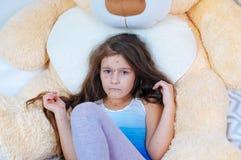 Zbliżenie śliczna smutna mała dziewczynka blisko misia Varicella wirus lub Chickenpox bąbel wysypka na dziecku obrazy royalty free