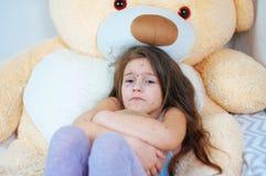 Zbliżenie śliczna smutna mała dziewczynka blisko misia Varicella wirus lub Chickenpox bąbel wysypka na dziecku zdjęcie royalty free