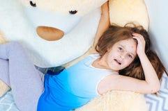 Zbliżenie śliczna smutna mała dziewczynka blisko misia Varicella wirus lub Chickenpox bąbel wysypka na dziecku fotografia royalty free
