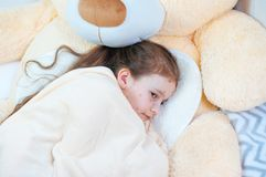 Zbliżenie śliczna smutna mała dziewczynka w łóżku Varicella wirus lub Chickenpox bąbel wysypka na dziecku fotografia royalty free
