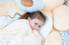 Zbliżenie śliczna smutna mała dziewczynka w łóżku Varicella wirus lub Chickenpox bąbel wysypka na dziecku zdjęcie royalty free