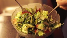 Zbliżenie świeżego warzywa sałatka Kucharz miesza jedzenie zbiory