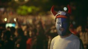 Zbliżenie facet przy kamera wrzaskiem szalonym przeciw tło tłumowi wygrywać mecz futbolowego zbiory wideo