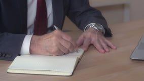Zbliżenie kierownika handwriting siedzi przy biurkiem obraz stock