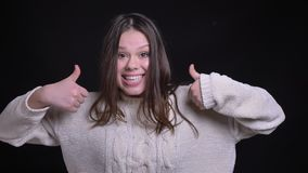 Zbliżenie krótkopęd młoda atrakcyjna caucasian kobieta pokazuje kciuk w górę i ono uśmiecha się radośnie zbiory wideo