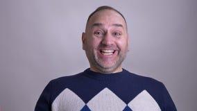 Zbliżenie krótkopęd w średnim wieku caucasian mężczyzna jest z podnieceniem i świętuje szczęśliwie przed kamerą zbiory wideo