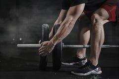 Zbliżenie krzyż atlety dysponowany narządzanie dla podnosić ciężar przy gym Barbell magnezji ochrona Przystojny mężczyzna robi cz zdjęcia royalty free