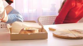 Zbliżenie kucharz w rękawiczkach stawia khachapuri w karton zdjęcie wideo