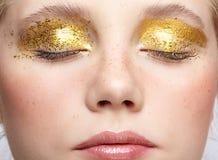 Zbliżenie makro- strzał zamknięta ludzka żeńska twarz z żółtym dymiącym oka piękna makeup obraz stock
