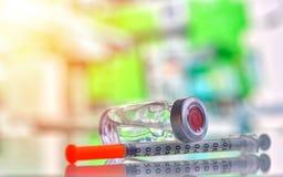 Zbliżenie medycyny grypa, buteleczka, odry krowiankowa butelka z strzykawką i igła dla immunizacji na rocznika medycznym tle lub, zdjęcie royalty free