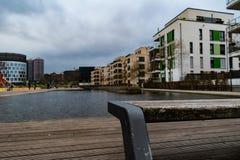 Zbliżenie patrzeje nad małym strumieniem parkowa ławka fotografia royalty free