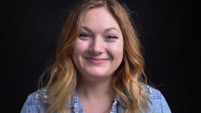 Zbliżenie portret dorosła caucasian blondynki kobieta ono uśmiecha się i skinie w żetonie zatwierdzenie podczas gdy patrzejący ka zdjęcie wideo