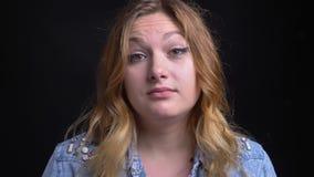 Zbliżenie portret dorosłej blondynki caucasian żeńska patrzeje kamera i skinąć w żetonie robi śmieszny zgoda zbiory wideo