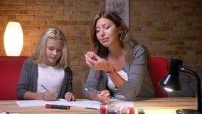 Zbliżenie portret młoda piękna mama i mała ładna dziewczyna rysunkowi wpólnie Mama advicing jej córki kolory zbiory