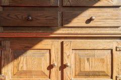Zbliżenie rocznik drewniana szafa, brązu antykwarski stary z cieniami obraz stock